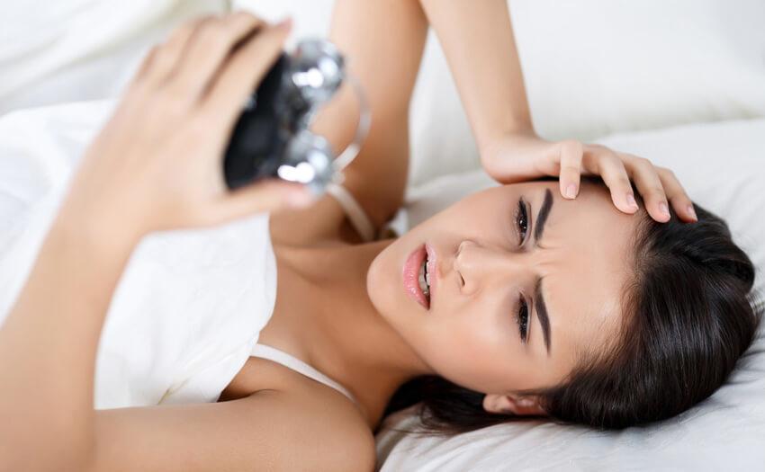 予定よりも早く起きて後悔…早朝覚醒の原因と対策は?