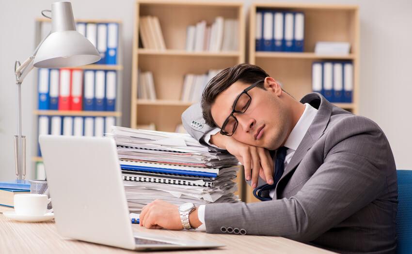 集中力の欠如 寝不足の影響は?睡眠不足が引き起こす状態一覧