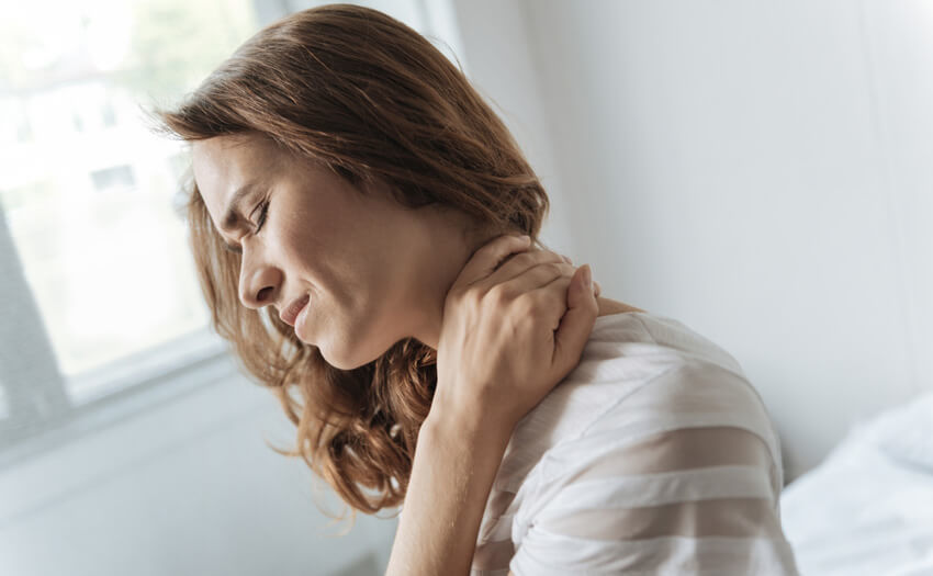 首を寝違えた!寝違えの原因と緊急対応法