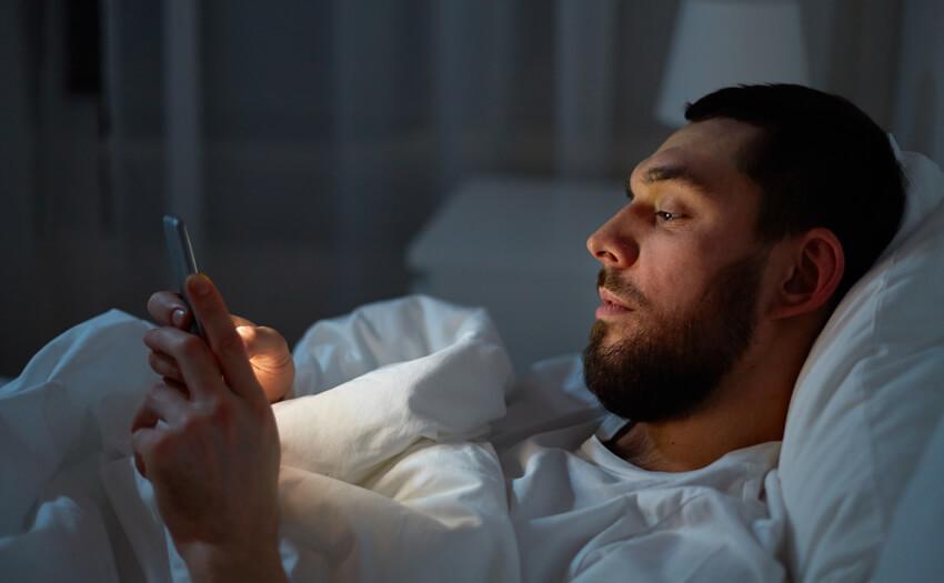 寝る前のスマホ、テレビ、パソコン 熟睡できない理由とは?