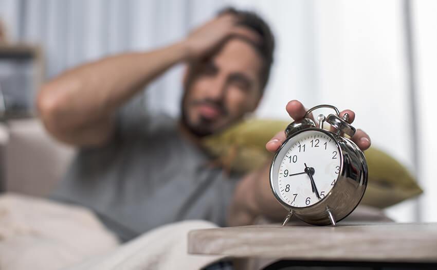 どうしても寝過ぎてしまう。なぜ朝起きられないのか。寝坊しないための新習慣