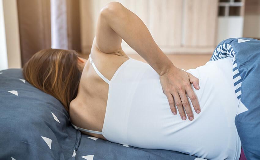 寝過ぎて腰・背中が痛い 原因と3つの対処法