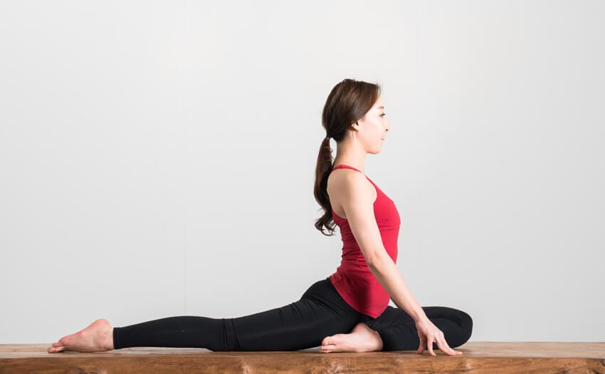ストレッチをする 寝過ぎて寝起きに腰や肩に痛みを感じたときはどうすればいいのか?