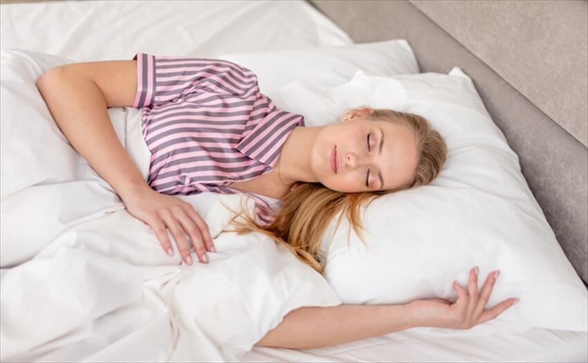 睡眠の質を向上させる就寝時の服装について パジャマ派?部屋着派?それとも下着派?眠るときの服装、正解は