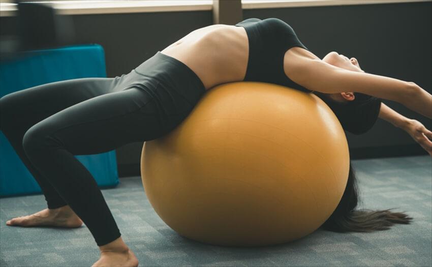 バランスボールでできる理想的な腹筋運動