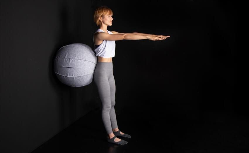 壁と背中の間にボールをはさんでスクワット(1)