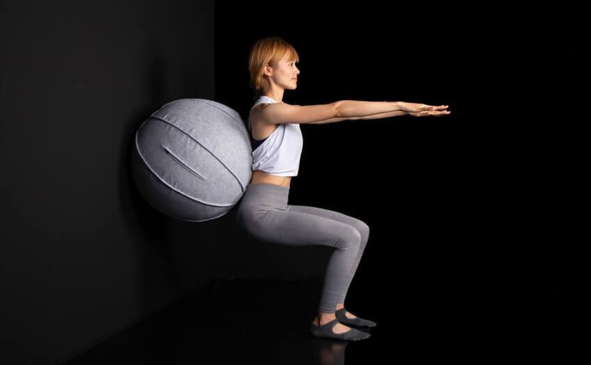 壁と背中の間にボールをはさんでスクワット(2)