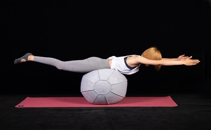 バランスボールの上でスーパーマンエクササイズ(2)