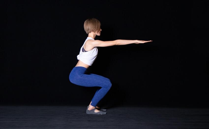 下半身をバランスよく鍛える「スクワット」(2)