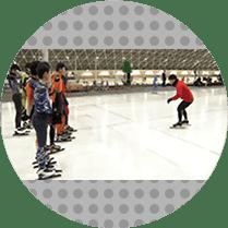 写真: スケートを教える姿